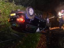 Auto raakt boom op Keppelseweg en komt op de kop tot stilstand tegen hek