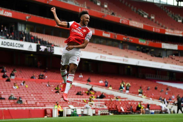 Pierre-Emerick Aubameyang van Arsenal viert een doelpunt in een vrijwel leeg stadion.  Beeld AFP