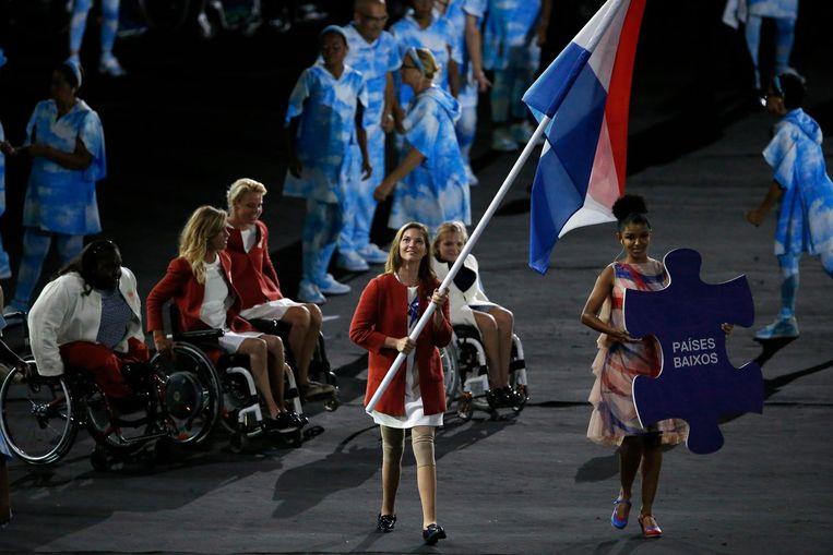 Marlou van Rhijn draagt de vlag tijdens de opening van de Paralympische Spelen. Beeld anp