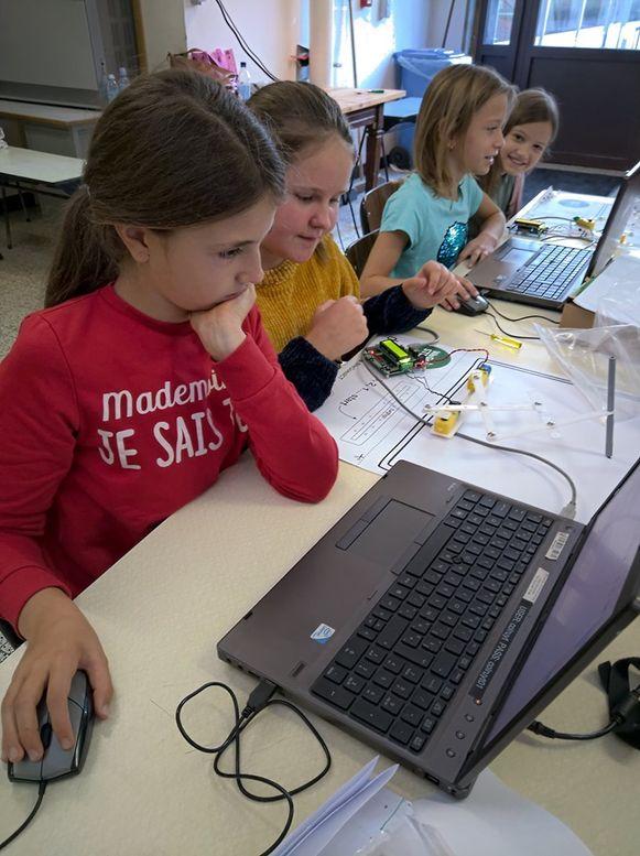De vijfdeklassers maakten en programmeerden een kunstrobot.