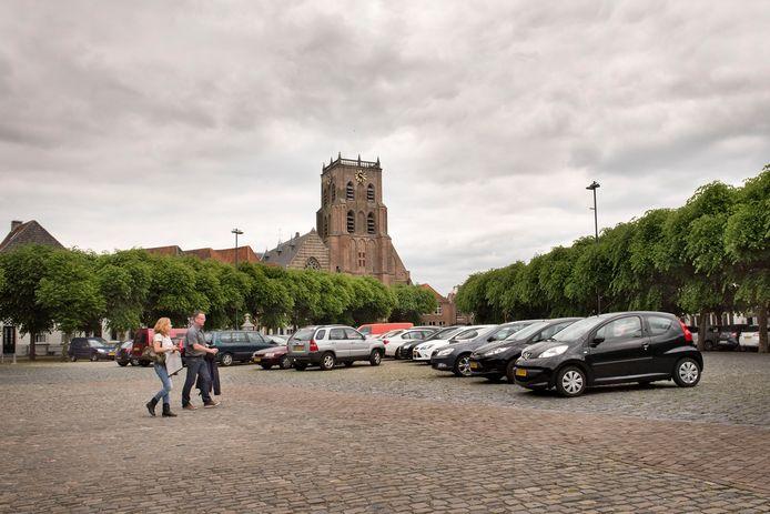 De Markt in Geetruidenberg in juni 2016, een jaar voor de herinrichting. Er werd toen nog geparkeerd op het middenterrein.