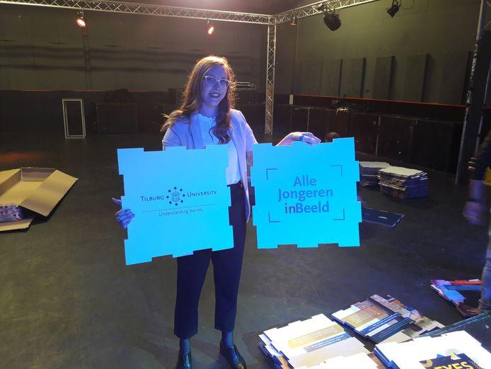 In de Hall of Fame is  Ásta  Verheul bezig met de opbouw van de expositie over 'onbereikbare jongeren'.