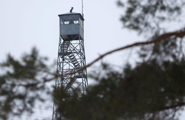 In de wachttoren kijken verschillende militieleden uit over het terrein. Beeld REUTERS