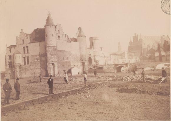 Historische foto van de afbraak van de Burchtmuur met het vrijgekomen Steen. Foto uit 1884 van G. Hermans