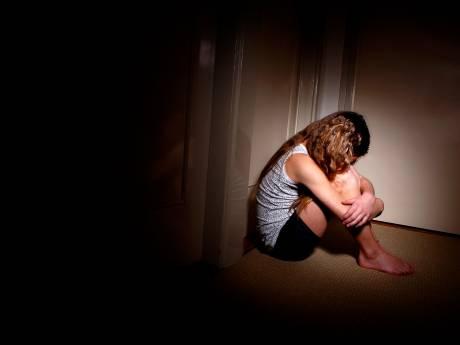 Taakstraf voor vader die op oogbollen van dochtertje drukte en brood in haar onderbroek stopte