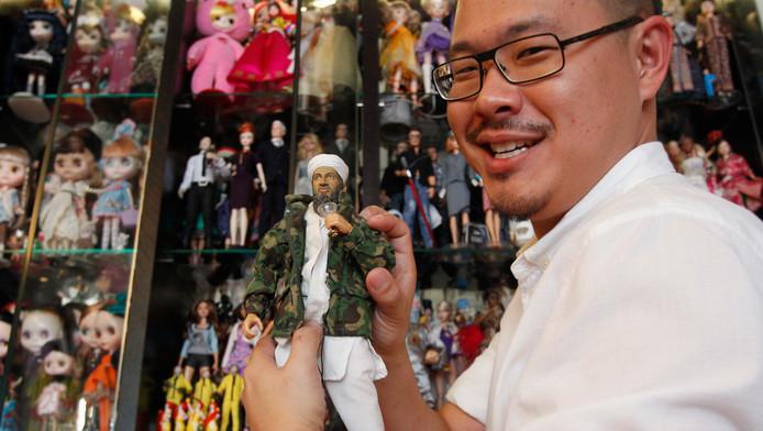 Verzamelaar Jian Yang toont vol trots zijn Osama-pop.