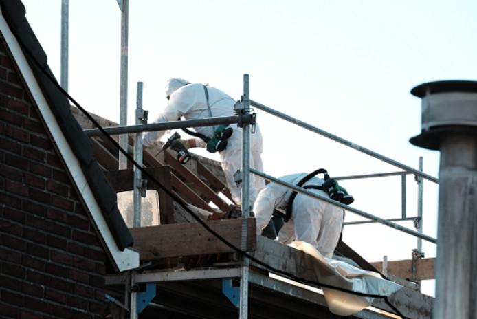 De werkzaamheden op het dak van de woning in de Irenestraat