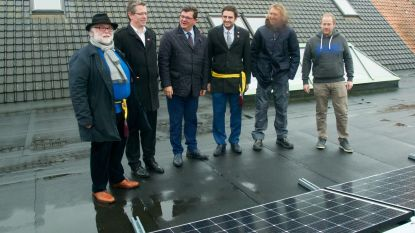 """Burgercoöperatie plaatst zonnepanelen op gemeentehuis: """"Goed voor 56 procent van ons verbruik"""""""