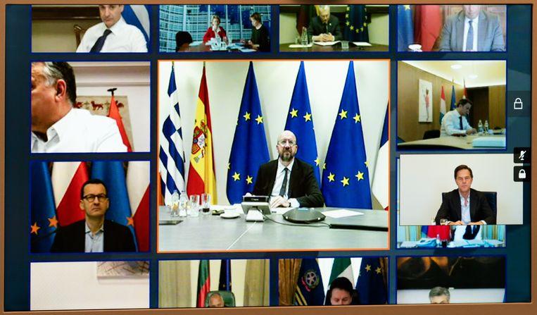 Premier Mark Rutte (uiterst rechts tegen een witte achtergrond) vorige maand tijdens een videoconferentie met de regeringsleiders van de andere 26 EU-landen. Beeld ANP