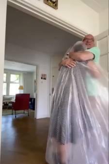 Coronaproof knuffelen: dankzij plastic zeil kan Liesbeth haar vader omhelzen