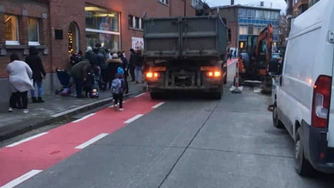 Vrachtwagenchauffeur verplaatst hekken van schoolstraat en rijdt doodleuk straat in