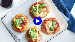 Het hele gezin smult van deze minipizza's met kleine twists voor de kids