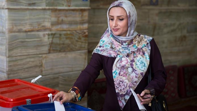 Een vrouw stemt in de Iraanse plaats Qom.