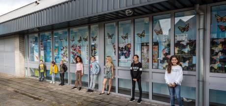 Expositie kinderwerkstukken in etalage Albert Heijn Eindhovenseweg in Geldrop