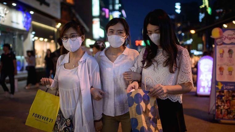 Inwoners in de Zuid-Koreaanse stad Seoel dragen mondkapjes uit angst om het MERS-virus op te lopen. Beeld afp