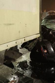Dronken automobilist raakt vrachtwagen op A12