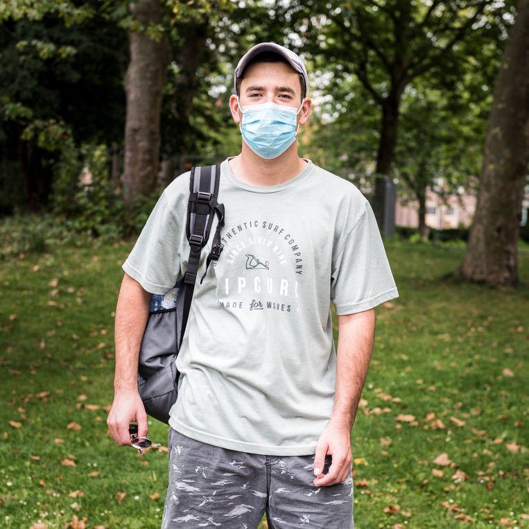 Kyle Dutoit in het Oosterpark: 'Het opzetten van een mondkapje gaat bij mij inmiddels automatisch.' Beeld Eva Faché