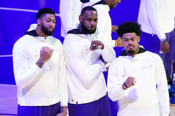 Anthony Davis, LeBron James en Quinn Cook tonen hun ring.