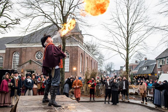 Een vuurspuwer vermaakt de dorpelingen tijdens de Hammer Karmis.