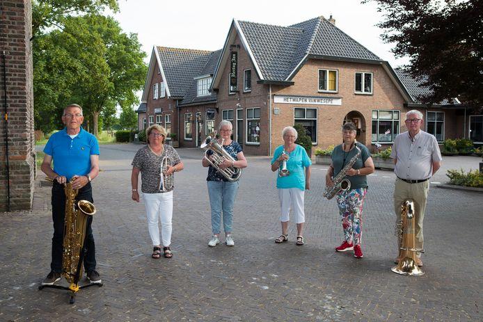 De laatste leden van de Harmonie Wesepe hebben besloten de 106-jarige muziekvereniging op te heffen.  Van links af Herman Mekking, Ineke Vloedgraven, Janneke van der Sluis, Hennie Kluin, Erna Albers en Klaas Wieken. Miek de Munnik ontbreekt op de foto.