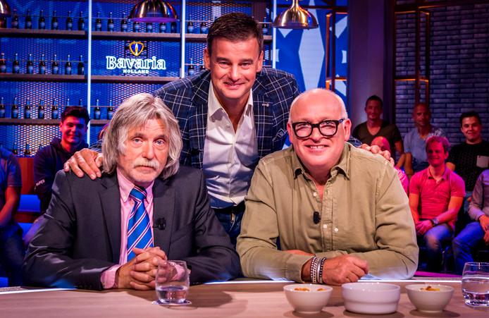 De presentatoren (VLNR) Johan Derksen, Wilfred Genee en Rene van der Gijp in het decor van het televisieprogramma Veronica Inside.