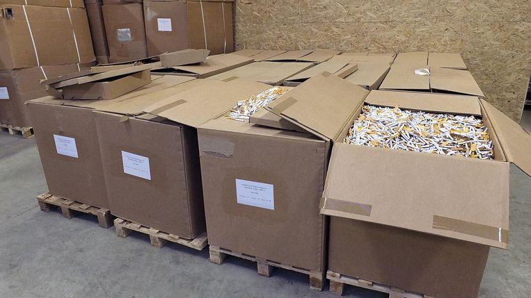 De douane vond 3,2 miljoen afgewerkte sigaretten .