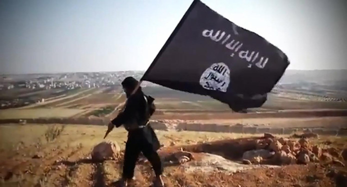Een aanhanger van Islamitische Staat met de vlag van IS, foto ter illustratie.