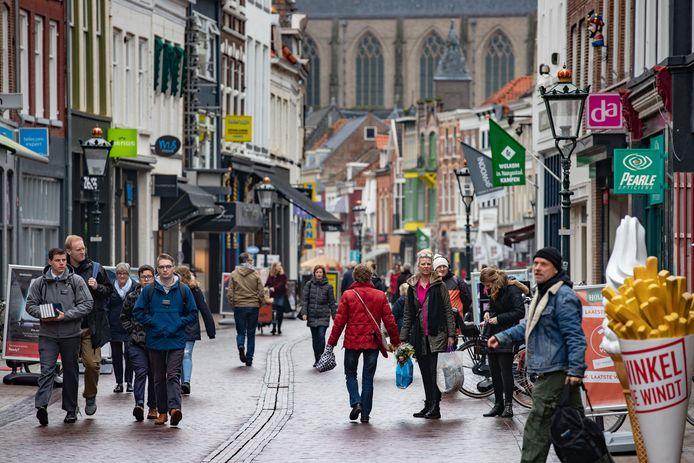 Kampen heeft te maken met een piek aan winkeldiefstallen door asielzoekers, met name in de Oudestraat.