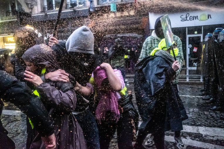 Duizenden mensen nemen deel aan een groot anti-pensioenhervormingsprotest in Parijs, januari. Beeld Joris Van Gennip