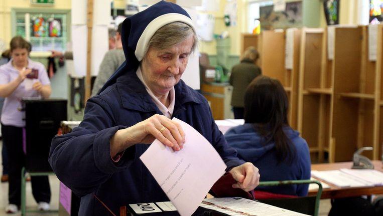 Een non brengt haar stem uit in Ierland.