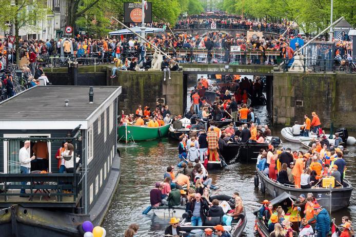 De Amsterdamse grachten liggen op Koningsdag vorig jaar vol met boten