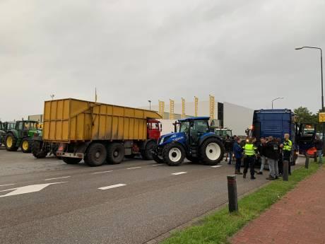 Boeren voeren actie op meerdere plekken in het land, grote groep trekkers rijdt door Amsterdam