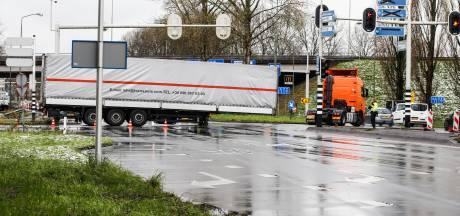 Vrachtwagen verliest trailer op Provincialeweg