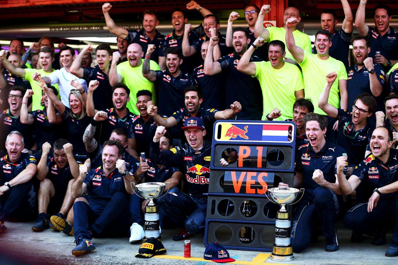 Max Verstappen viert feest met Red Bull Racing.