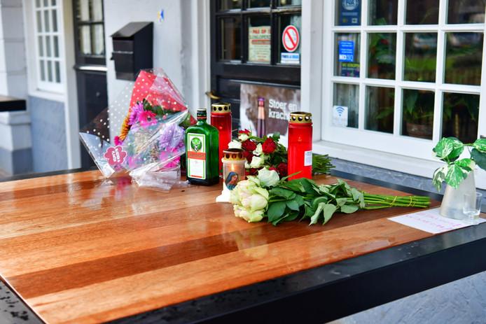 Bij het Nuenense café Van Gogh lieten bekenden van de doodgeslagen Oskar Pudelko eerbewijzen achter.