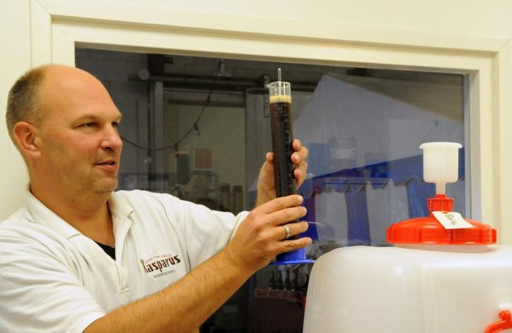 """Kasper Katuin van brouwerij Kasparus meet het suikergehalte in een van zijn bieren. Vijftien verschillende soorten produceert hij, met als zwaarste (10 procent alcohol) de Rode Engel. """"Die is perfect in balans."""" foto Hans Veenhuis"""