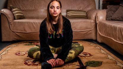 """Nadat ze zwaar aangepakt werd door medeleerlingen, krijgt Lindsay (13) nu warm welkom in haar nieuwe school : """"Ze kan zelfs met vriendinnen naar school fietsen"""""""