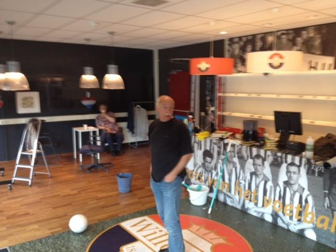 De fanshop van Willem II wordt schoongemaakt.