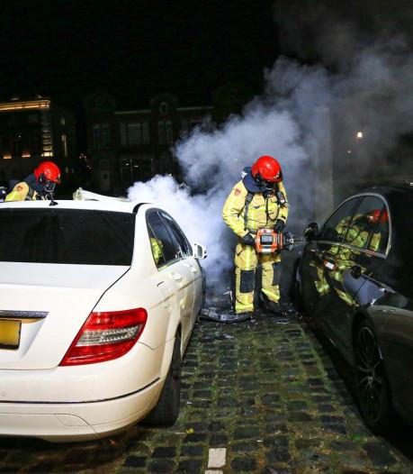 Brand in twee auto's bij uitgaansgebied in Helmond