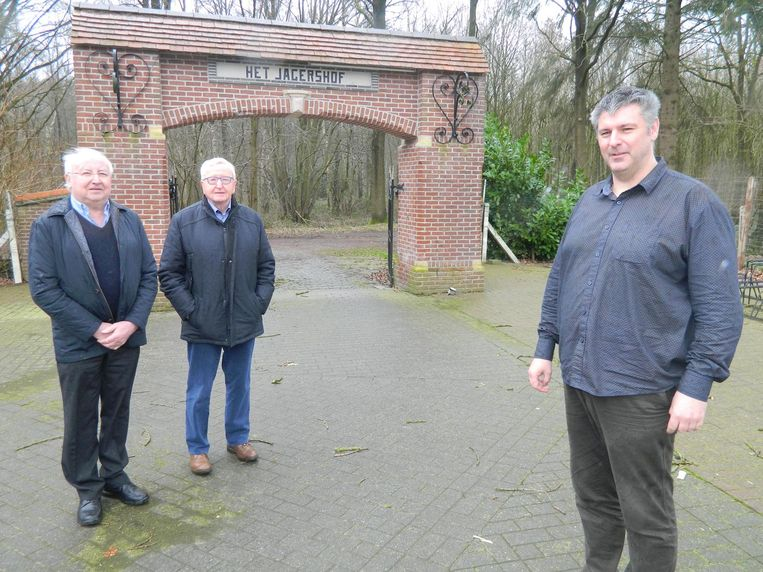 Kurt Goethals (rechts) wil van Het Jagershof letterlijk en figuurlijk de 'poort naar het Drongengoed' maken. Links achteraan staan eigenaars Raoul De Bruyne en Paul Van Steelandt.