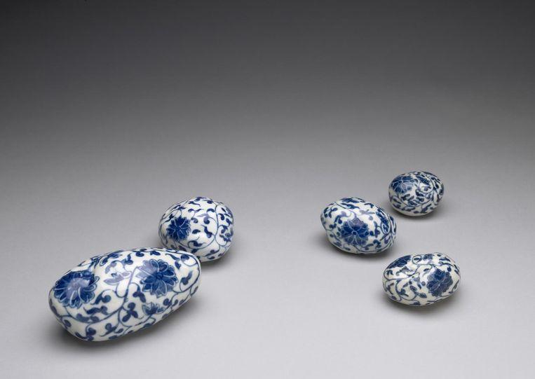 Hollandse piepers van Chinees porselein, cadeau voor genaturaliseerde immigranten (2006) Beeld .