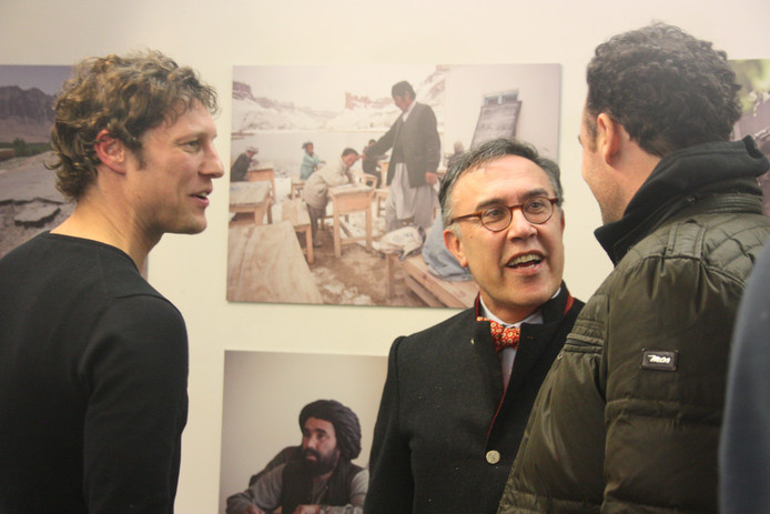 Jeroen Oerlemans (l) en de consul-generaal van Afghanistan in het Vughts Museum bij de opening van de tentoonstelling 'Grenzen over/Over grenzen' (2013).