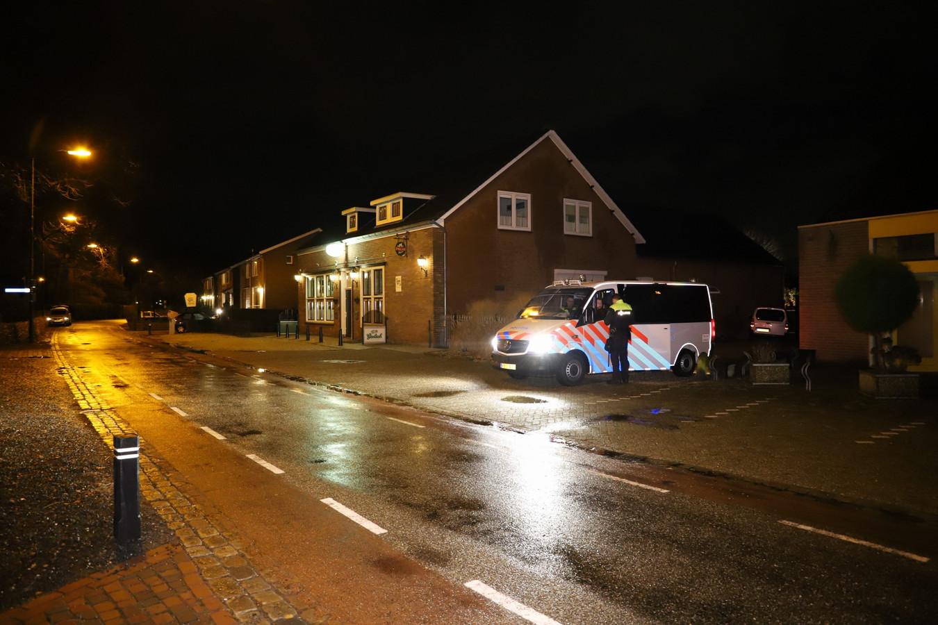Politie bij Café Van Kampen aan de Mariagaarde in Katwijk.