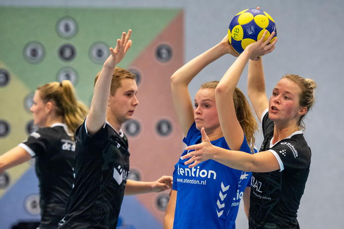 Willemien Kragt is balvast tegen Sparta Zwolle.