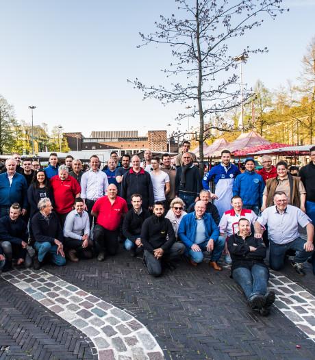 Kooplieden van de Arnhemse markt demonstreren hun saamhorigheid