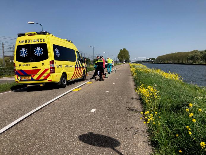 Een wielrenner lag vanochtend een halfuur gewond op de Westkanaaldijk in Loenersloot.