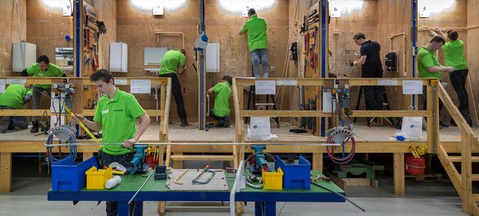 Leerlingen elektrotechniek tijdens een beroepenwedstrijd in Den Bosch.