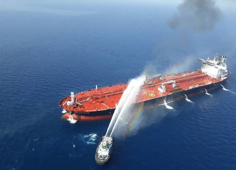 Een Iraans marineschip probeert de brand te blussen op de Noorse olietanker Front Altair.