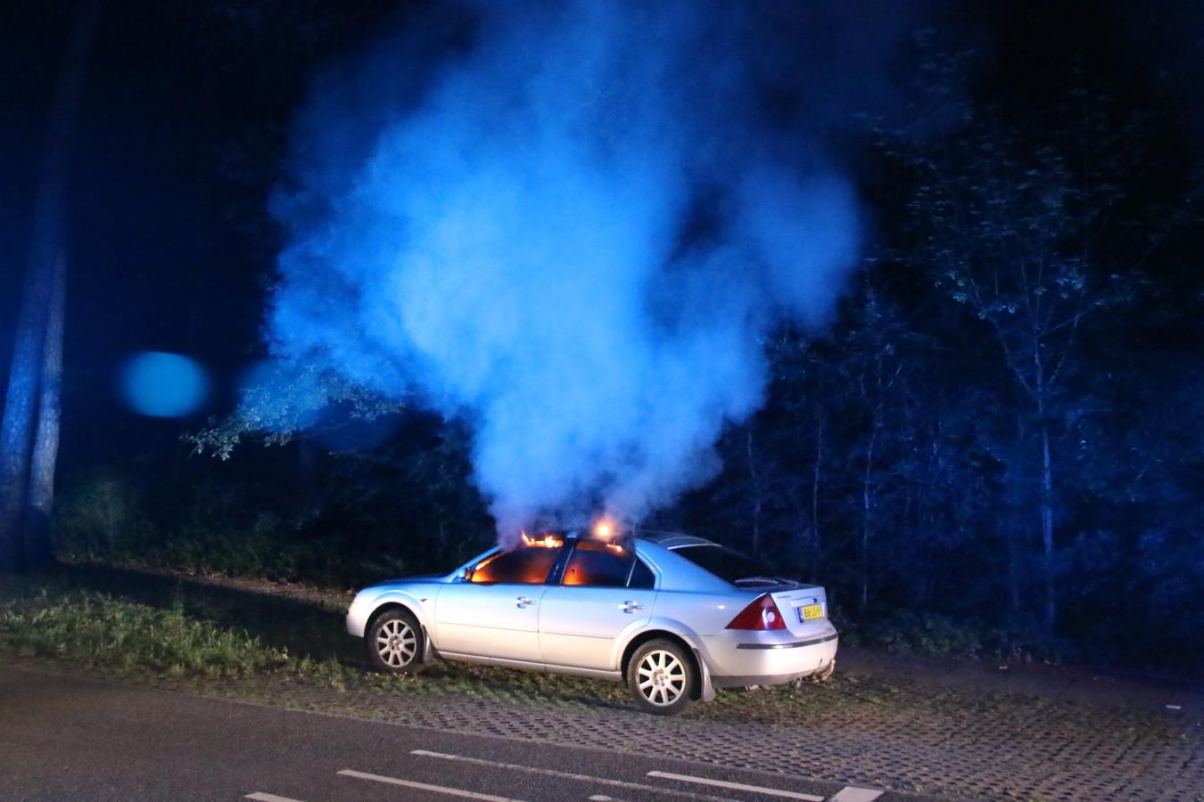 De auto die in de nacht van maandag op de Monnikensteeg in brand vloog.