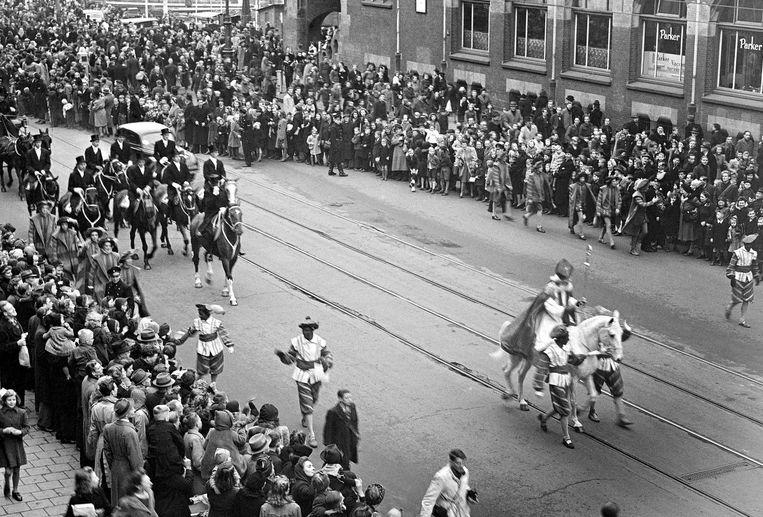 De eerste intocht van Sinterklaas na de oorlog in 1946, hier over het Damrak Beeld Nationaal Archief/Collectie Spaarnestad/ANP/Gé van der Werff